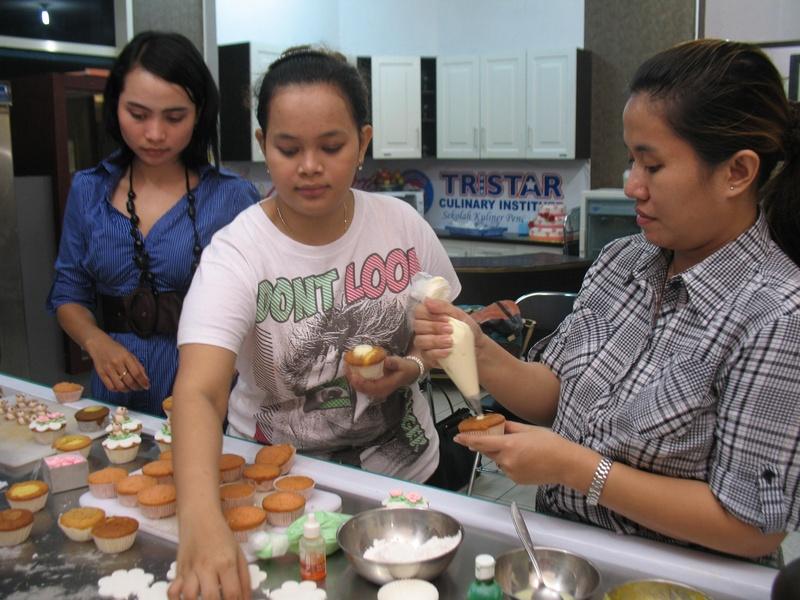 Peserta Langsung Praktek Menghias Cup Cakes, membuat hiasan dari Gum